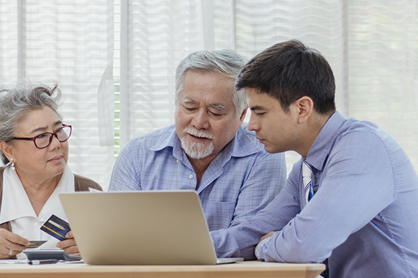 A family dicusses consumer proposals in front of a laptop.